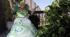 Baiana responsável pela defumação e limpeza da Marquês de Sapucaí antes dos desfiles.