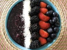 A smoothiebowl for breakfast. One of the easiest and quickest breakfast ideas, especially during summertime! Just throw a few frozen bananas and berries together in your foodprocessor, add a bit of milk and you are good to go. And topping ideas are endless, mix and match from time to time, enjoy! Ps; berries are low in calories and stuffed with vitamines, calcium, iron and antioxidants. So what's not to like?