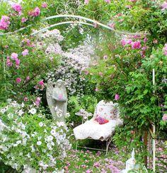 créer un jardin romantique avec un lit de jour en fer forgé, voûte ornés de volutes et pétunias blancs