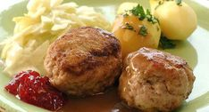 Meatballs/Kjøttkaker i brun saus med kålstuing og tyttebær Retro Recipes, Ethnic Recipes, Norwegian Food, Scandinavian Food, Catering Food, Meat Chickens, Baked Potato, Mashed Potatoes