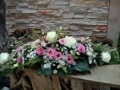 Weiße Rosen mit rosa Eustoma