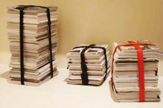Creare sedute non solo utilizzando i vostri libri, anche attraverso l'uso e il riuso dei vostri quotidiani vecchi:  Sedia e tavolino porta libri, un modo alternativo di concepire la propria libreria.  Potrete poi costruire tavolini bassi da usare in salotto per i vostri divani che saranno così un prodotto fatto da voi.Divertirvi a scegliere le fettucce ed i nastri di colori, l'utilizzo dello spago da pacchi o dello scotch da imballaggio..