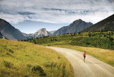 Waar: Linston, Montana (VS)  Wie: Liz McCutcheon, recreatieloopster  Waarom: het lopen op een hoogte van 1680 meter in de Mission Creek Canyon is al adembenemend, laat staan het spectaculaire uitzicht op de bergketens. Deze stille gravelweg loopt door glooiend grasland. Je waant je in het Oude Westen. Het is niet op de foto te zien, maar er zijn ranches met koeien en paarden. Als je langs die dieren rent,  kijken ze toe in opperste verbazing.