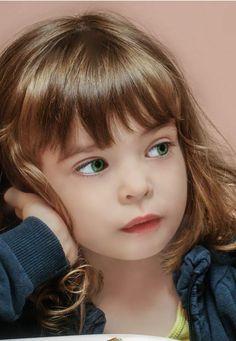 Coupe de cheveux petite fille carré court avec frange effilé #hairstyles #little #girl