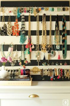 Storage Jewelry Put your best baubles on display and avoid those pesky knotted chains with a DIY jewelry organizer. - If you've got an impressive jewelry collection but not a great storage system, this DIY jewelry organizer is the project you need to see! Earring Storage, Jewellery Storage, Jewellery Display, Diy Jewelry, Vintage Jewelry, Jewelry Box, Jewellery Stand, Earring Display, Jewelry Armoire