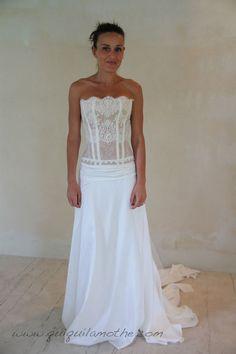 Robe de mariée en dentelle et soie originale.