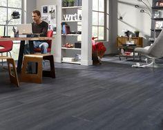 PVC Laminaat 4,5MM Concrete Dark 3160-3022 Donker Grijs Laminate Hardwood Flooring, Grey Flooring, Warehouse Loft, Desk, Colours, Bedroom, Furniture, Home Decor, Label