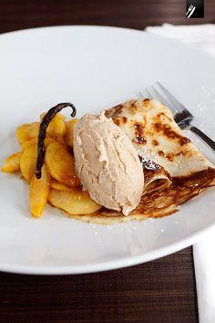 Gewürzäpfel mit Joghurt-Pfannkuchen und Haselnusseis