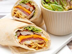 Goedgevulde club sandwich wrap met kip, ham en ei
