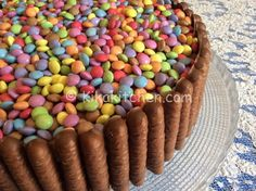 Torta smarties e togo con crema alla nutella Cap Cake, Cake & Co, Sweet Recipes, Dog Food Recipes, Ben E Holly, Plum Cake, Rainbow Birthday, Birthday Cake, Pie Dessert