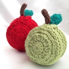 My first pattern design 😊 6 slices of apple coasters stored inside a cute apple shaped holder. Pattern: http://www.ravelry.com/patterns/library/sliced-apple-coaster-set