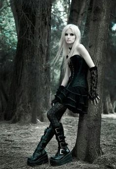 "Gothic Lolita - I simply love everything about this picture. It has a certain ""je ne sais quoi!"" <3"