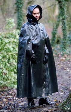 Sicheres schwarzes Gummicape schützt sittsame junge Mädchen vor Regen und anderen Unbill.