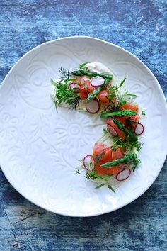 Smoked Ocean Trout, Fennel, Asparagus & Horseradish Creme - Temptation For Food Trout Recipes, Seafood Recipes, Clean Recipes, Cooking Recipes, Bistro Food, Food Garnishes, Food Decoration, Molecular Gastronomy, Special Recipes