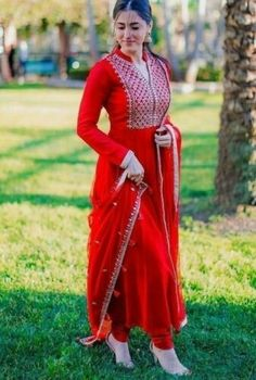 #salwarsuit #salwarsuits #SalwarSuitOnline #salwarsuitmaterial #salwarsuitspartywear #salwarsuitneckdesigns Indian Fashion Dresses, Dress Indian Style, Indian Wear, Indian Outfits, Fashion Outfits, Indian Gowns, Kurtis Indian, Pakistani Outfits, Muslim Fashion