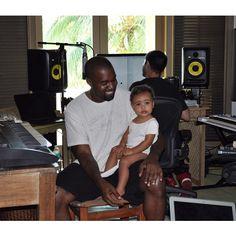 Kim Kardashian comparte en twitter adorable [FOTO] de Kanye West y North en el estudio de grabación