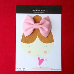 Lindo laço no tamanho M na cor rosa bebê nesta embalagem de bonequinha bailarina.