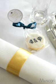 Detale dekoracji stołów weselnych z motywem złota i granatu