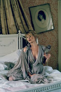 Kate Moss, dans un décor super dramatique || Kate Moss in a very dramatic setting. #fashion #beauty - #TimWalker ☮k☮
