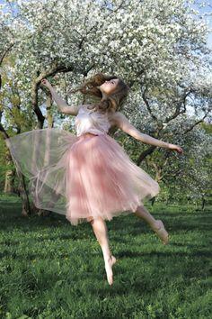 май, вишня, яблони, цветение, принцесса, в прыжке, сад, цветочный сад, фотосессия в юбочке, балерина, пачка, розовый цвет, в парке, весна Japan Spring, My Spring, Love Photography, Portrait Photography, Faceless Portrait, Blooming Trees, Artsy Photos, Spring Photos, Cherry Blossom Tree