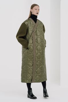 【SPUR】すべてのトレンドはここから始まる |COLLECTION(コレクション) Preppy Outfits, Mode Inspiration, Military Fashion, Fashion Photo, Coats For Women, Mantel, Winter Fashion, Street Wear, Kimono