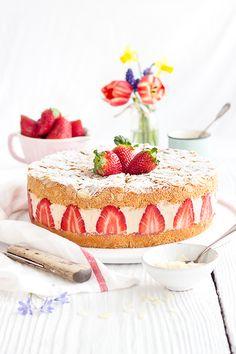 Die Erdbeer-Sahne-Torte passt perfekt zum Frühling & zu Muttertag. Zwei Schichten Biskuit gefüllt mit frischen Erdbeeren und einer Erdbeer-Vanille-Creme.