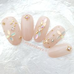 The advantage of the gel is that it allows you to enjoy your French manicure for a long time. There are four different ways to make a French manicure on gel nails. Nail Jewels, Nail Art Rhinestones, Rhinestone Nails, Korean Nail Art, Korean Nails, Gem Nails, Sparkle Nails, Bling Nails, Gem Nail Designs