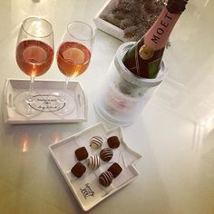 Let me pour you some, sis! ✨ #moetchandon #timetowine #champagne #champagnewithmysister #sisters #timewithmysister #rosechampagne #guylian #chocolate #rivieramaison #rivieramaisondetails #loverivieramaison #white
