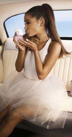 ariana saca el nuevo perfume siiiiiiii <3