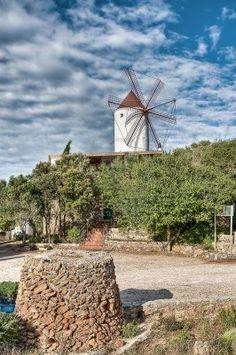 Molino de viento del Raco se levanta en horizonte de la pequeña ciudad. Menorca