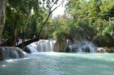 piscinas De óbvio interesse turístico, as cascatas de Tat Kuang são uma das maravilhas da natureza que esconde Laos entre suas fronteiras. Rodeada de frondosos bosques, esses lagos são um lugar ideal para tomar um banho no caloroso interior do paraíso asiático. E claro, para maior conforto tente evitar os horários nos quais, literalmente, está cheio de estrangeiros em busca de fotos.