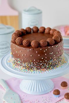 bolo de chocolate decorado com granulado colorido e bolinhas de brigadeiro Cupcake Recipes, Cupcake Cakes, Cute Birthday Cakes, Drip Cakes, Pretty Cakes, Cake Creations, Chocolate Desserts, Chocolate Chips, Chocolate Cake