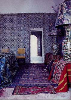 Kilims sit as the base to two amazing lamps in this room in Li Galli decorated by Russian ballet dancer Rudolf Nureyev