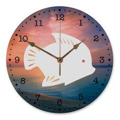 30 cm Wanduhr Fisch aus MDF  Weiß - Das Original von Mr. & Mrs. Panda.  Diese wunderschöne Uhr von  Mr. & Mrs. Panda wird liebeveoll in unserem Hause bedruckt und an sie versendet. Sie ist das perfekte Geschenk für kleine und große Kinder, Weltenbummler und Naturliebhaber. Sie hat eine Grösse von 30 cm und ein absolut LAUTLOSES Uhrwerk.    Über unser Motiv Fisch  Da die Welt zu 70 % aus Wasser. Für Meerestiere und Fische der perfekte Ort zu leben. Fische gibt es in alles Größen und Formen…