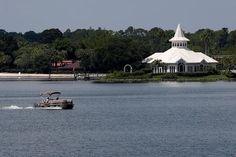 Por Barbara Liston ORLANDO (Reuters) - Las autoridades buscaban el miércoles el cuerpo de un niño de 2 años que frente a su familia fue arrastrado hacia una laguna por un caimán en el complejo Walt Disney World en Florida, donde pasaban unas vacaciones. El niño fue atrapado por un caimán que se cree