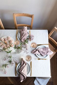 Dusk pink linen napkins by Rough Linen Table Setting Inspiration, Beautiful Table Settings, Napkin Folding, Linen Napkins, Decoration Table, Table Linens, Linen Bedding, Wedding Table, Modern Kitchen Design