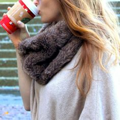 Love the look of a faux fur infinity scarf? Here's how to DIY your own no sew faux fur snood! How To Wear Poncho, Daily Fashion, Fashion Beauty, Women's Fashion, Nyfw Style, Diy Scarf, Classic Outfits, Style Guides, Autumn Winter Fashion