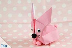 In dieser Faltanleitung verraten wir Ihnen, wie Sie einen Origami Hase falten können. Er ist zuckersüß und perfekt für das nächste Osterfest.