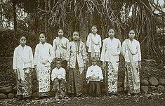 Soendanese meisjes , kwekelingen van de Gouvernements Inlandse School,1e klasse, te Buitenzorg. Temidden van hen zitten twee jongens met op schoot een kom en een mand met fruit. 1900