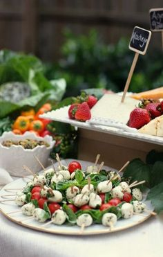 Mouthwatering Summer Wedding Appetizers mozzarella with basil cherry tomatoes and spinach Rustic Garden Party, Garden Parties, Tapas, Italian Buffet, Rustic Italian, Peter Rabbit Party, Cocktails For Parties, Wedding Appetizers, Fall Appetizers