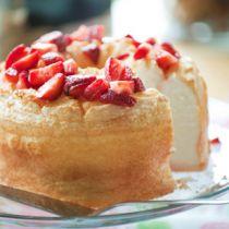 El pastel de ángel, conocido en Estados Unidos como Angel Cake fue muy popular durante el siglo 19. Se dice que es el pastel de los ángeles por su textura tan suave y esponjosa.