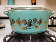 Vintage Pyrex ~ Clover Berry in aqua/turquoise and gold Pyrex Vintage, Vintage Kitchenware, Vintage Dishes, Vintage Glassware, Vintage Bowls, Plywood Furniture, Design Furniture, Vintage Design, Vintage Decor