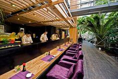 Alicja i Alon Than stworzyli na Warszawskim Mokotowie namiastkę raju. Właściciele Izumi Sushi zapraszają nas do Palmiarni, gdzie w towarzystwie dojrzałych, egzotycznych drzew, możemy grzeszyć bez umiaru. Chcecie wiedzieć co dobrego można zjeść w Izumi? Zajrzyjcie na http://soperlage.com/izumi-sushi/