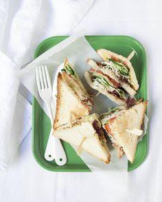 Club-sandwich courgette-basilic pour 2 personnes - Recettes Elle à Table Ingrédients      1 courgette moyenne 15 feuilles de basilic 250 g de filets de poulet 8 tranches fines de bacon      60 g de mayonnaise 2 tomates rondes 6 tranches de pain de mie sel