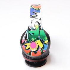 GRAFITTI MT3558 to słuchawki nauszne o niecodziennym designie grafitti. Wyposażone w odłączany przewód, współpracują z większością urządzeń, takich jak telefony komórkowe, przenośne odtwarzacze multimedialne.