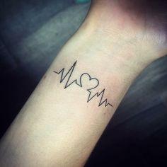 tatuaje de latidos de corazón en la muñeca