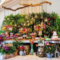 Zankyou Casamentos • Brasil (@zankyoubrasil) • Instagram photos and videos Havana Theme Party, Havana Nights Party, Sunset Party, Dessert Table Decor, Wedding Decorations, Table Decorations, Tropical Party, Event Styling, Luau
