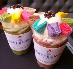 COFFENIE/커피니(コピニ) ってお店知ってますか?♡ COFFENIEは韓国のコーヒーチェーン店! そしてマカロンの乗ったその名もマカロンフラペチーノがとっても可愛い!と人気を集めているお店なんです♡砕いたマカロンがトッピングされたカラフルで甘くて可愛いフラペチーノ♡