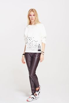 White sweatshirt with a 'bird' print. Work yours with a mini skirt and ankle boots. Bird Prints, Street Chic, Ankle Boots, Mini Skirts, Sweatshirts, Clothes, Collection, Style, Ankle Booties