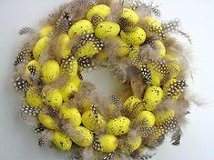 Prosty wianek wykonany z żółtych jajek i naturalnych piórek. Średnica ok. 25cm....